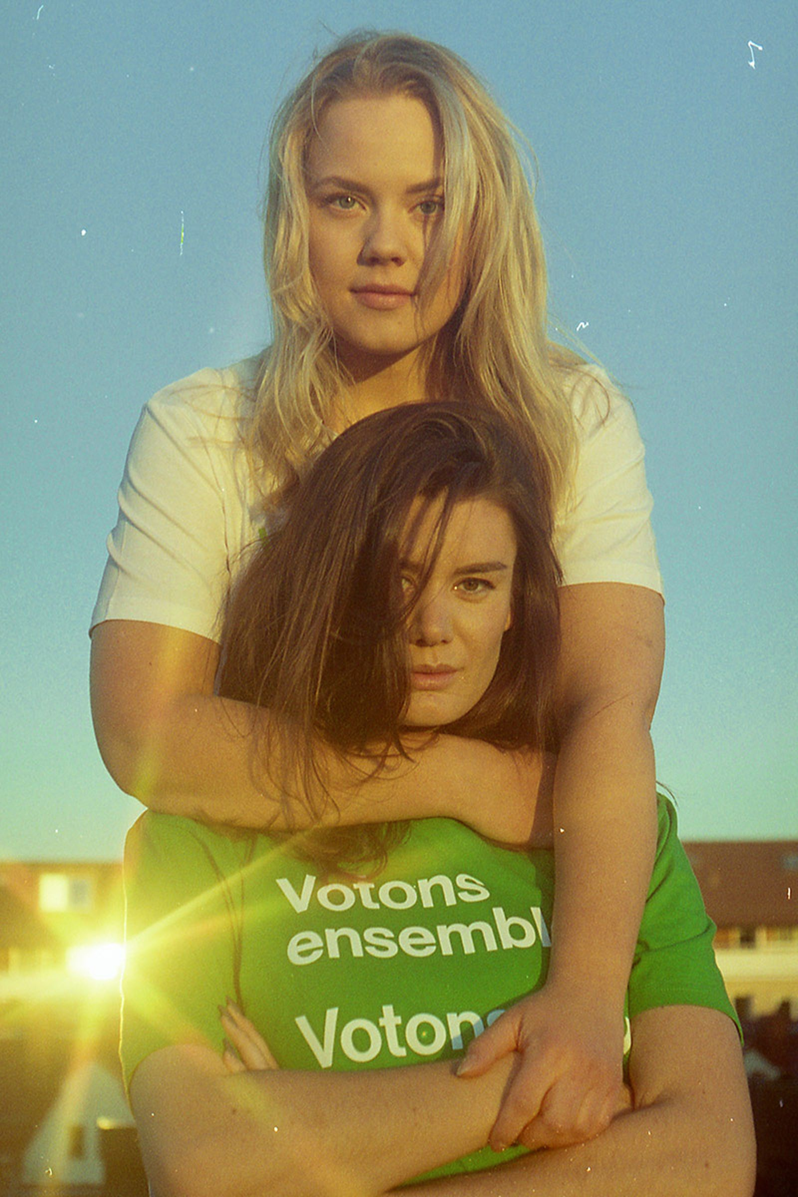 Emma-and-Anna-by-Olof-Grind-in-Stockholm