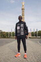 the best attitude 68c10 4695b Eliud Kipchoge Breaks Marathon World Record in Nike s