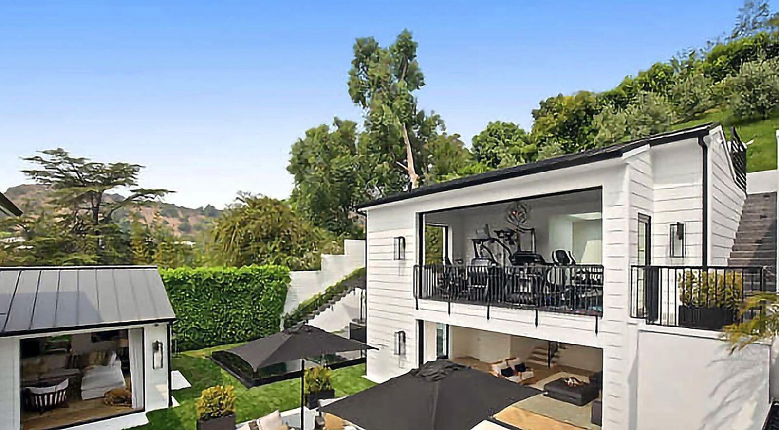 Rihanna Buys $ 13.8 Million Dollar Beverly Hills Mansion