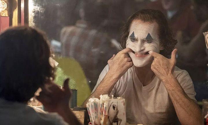 Joaquin Phoenix's Joke grinning in mirror