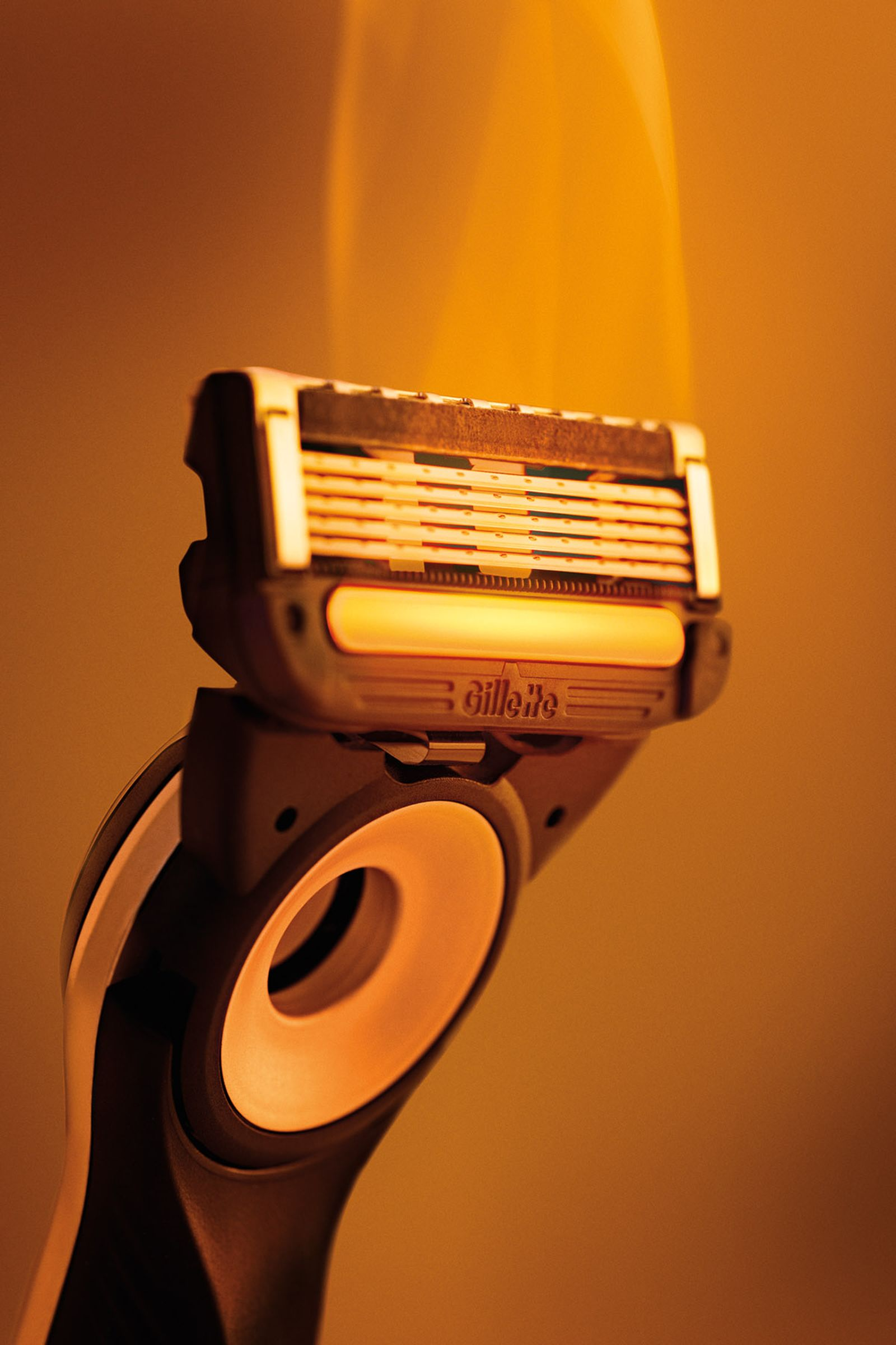 The stainless steel warming bar delivers heat to create the feeling of a luxe hot towel shave.