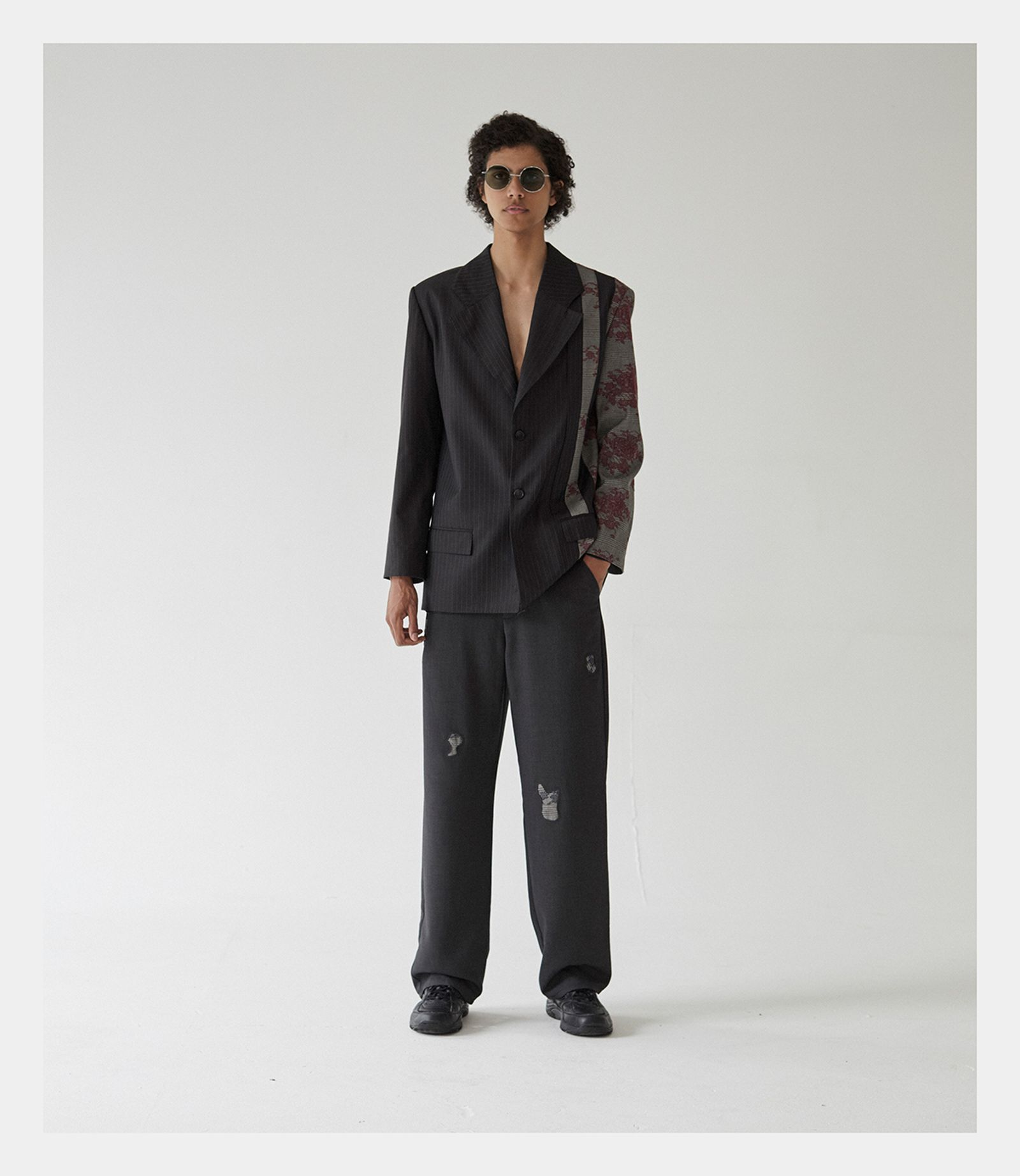 Suit: 3.PARADIS. Sneakers: HI-TEC. Sunglasses: GENTLE MONSTER.