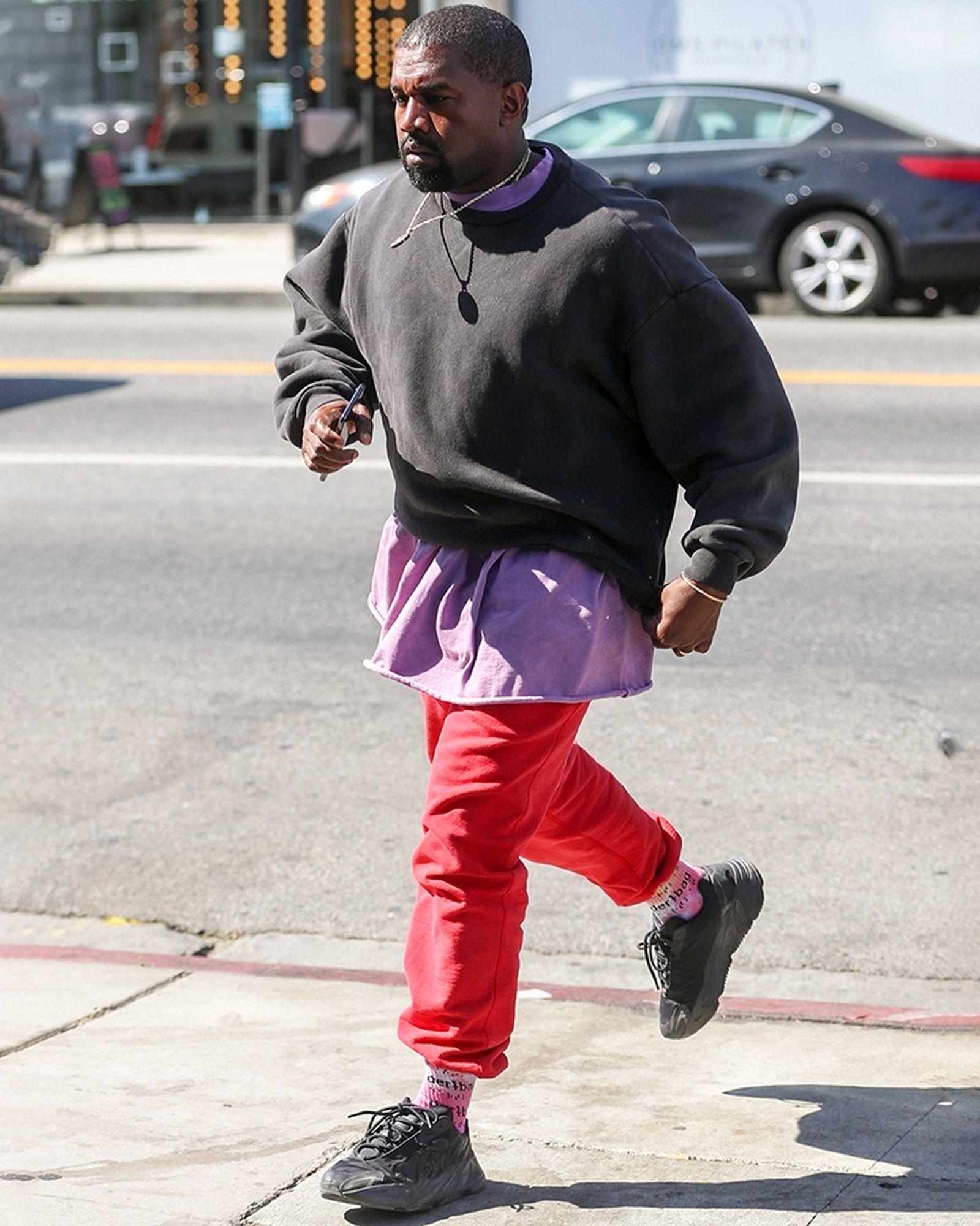 Fuera de plazo Pato Relativamente  Kanye West Steps Out in Triple Black YEEZY Boost 700 VX