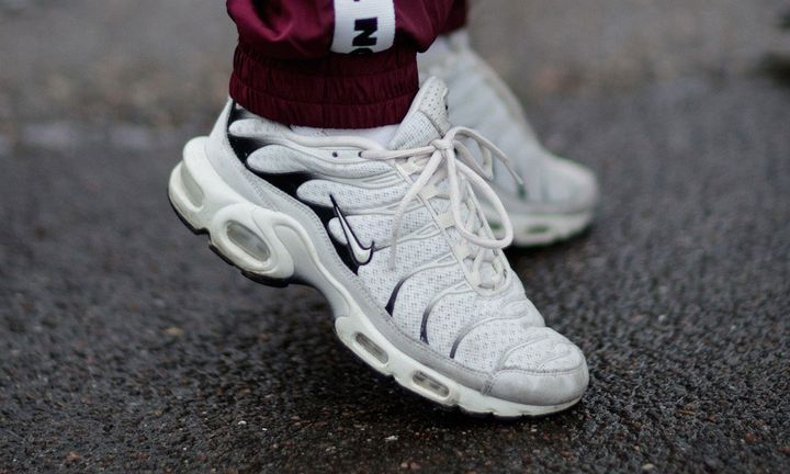 white nike air max plus on feet