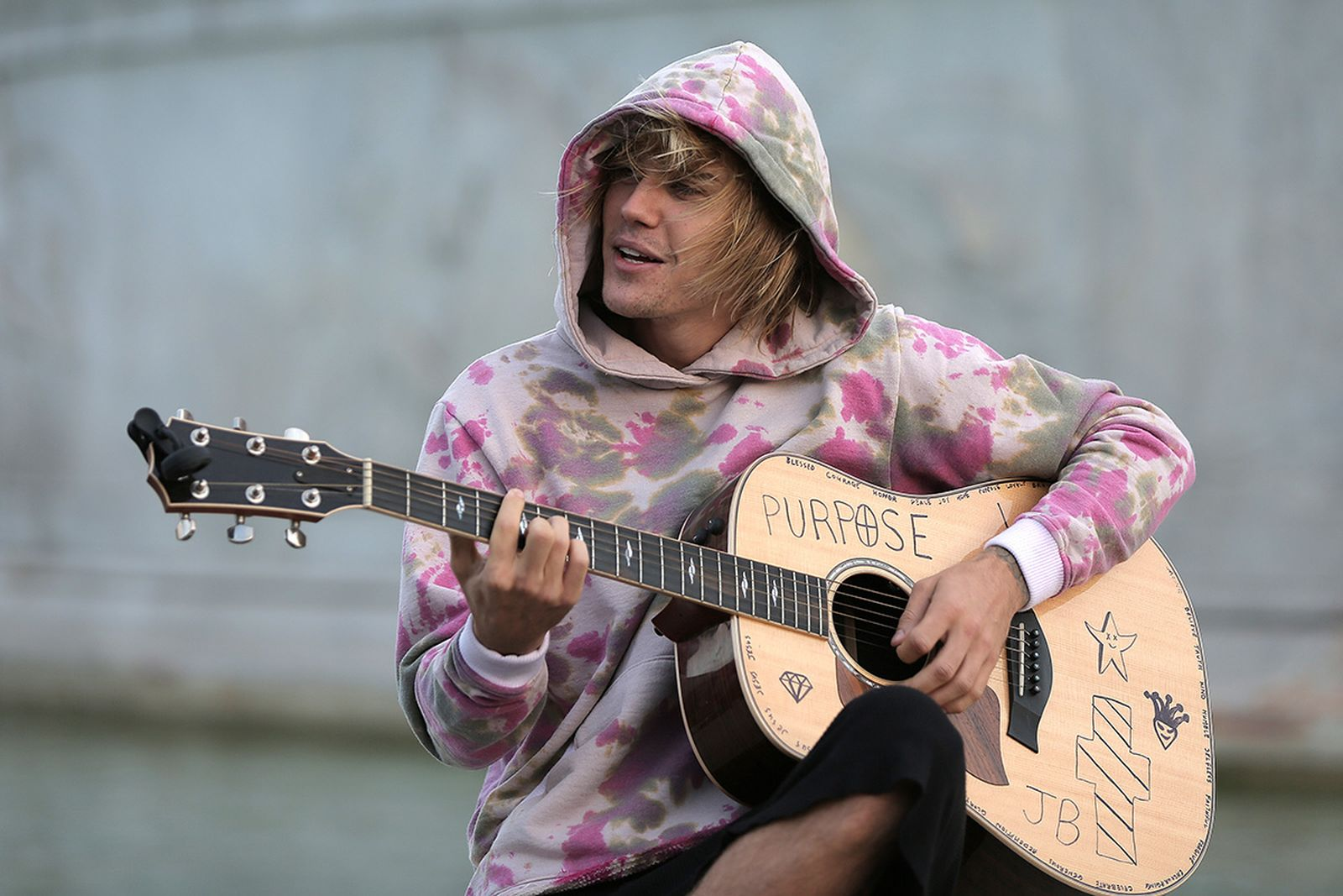 Justin Bieber stops at the Buckingham Palace fountain to play a couple of songs with his guitar for Hailey Baldwin and fans