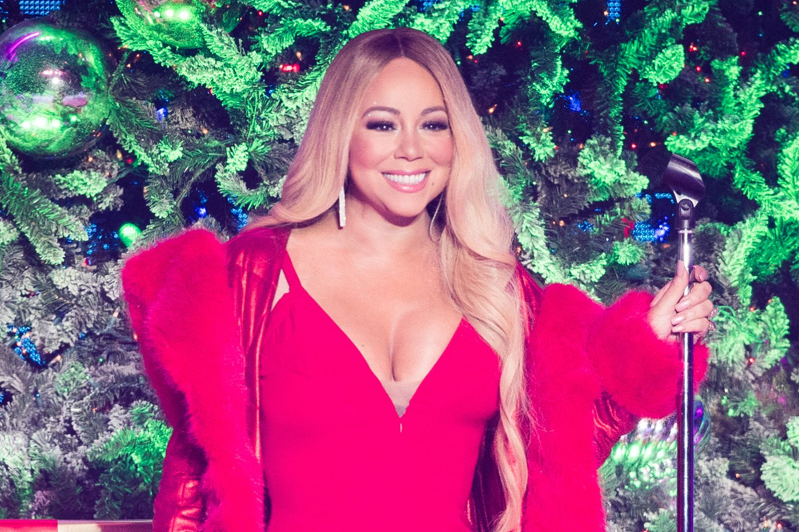 """Mariah Carey performs """"All I Want For Christmas Is You"""""""
