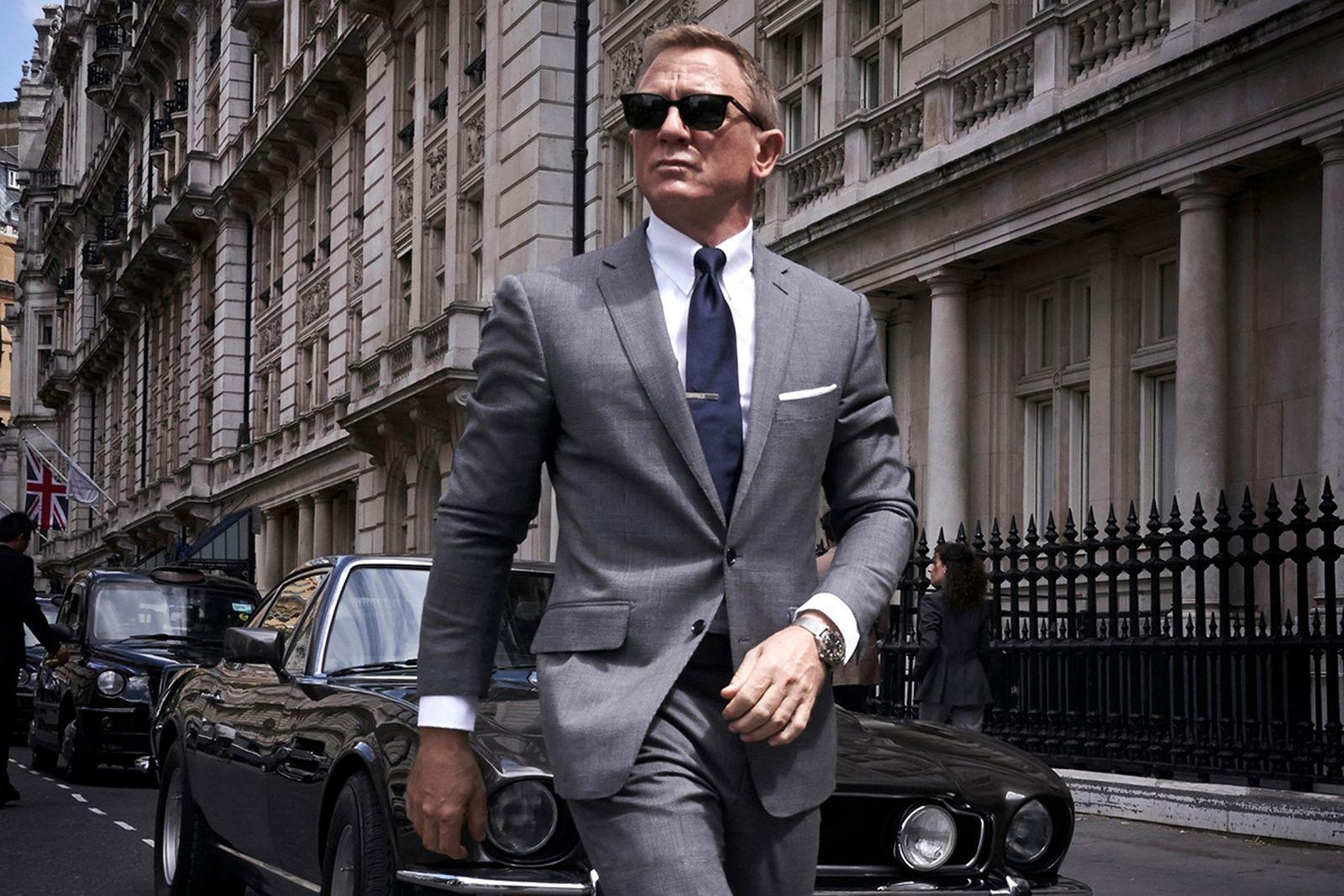Daniel Craig James Bond suit tie sunglasses