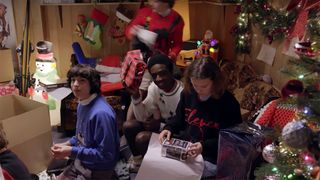 A Stranger Things Christmas.Stranger Things Cast Wraps Christmas Presents For Their Fans