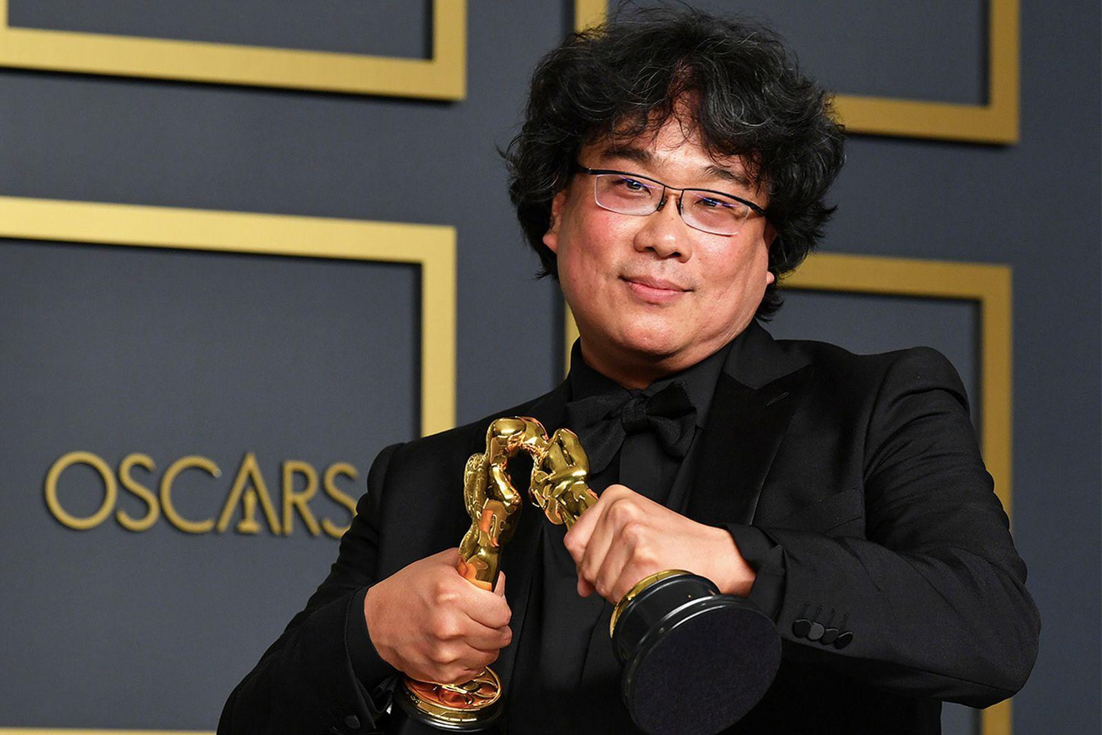 Bong Joon Ho Oscars Statuettes kissing