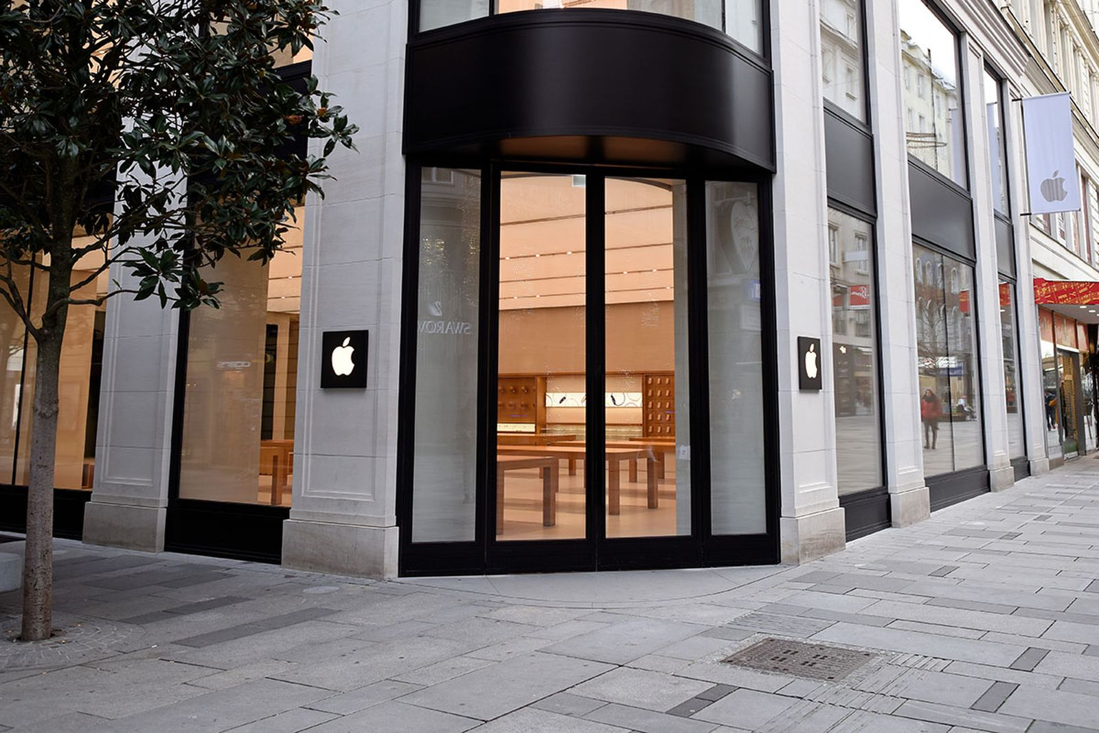 general view of the closed Apple store