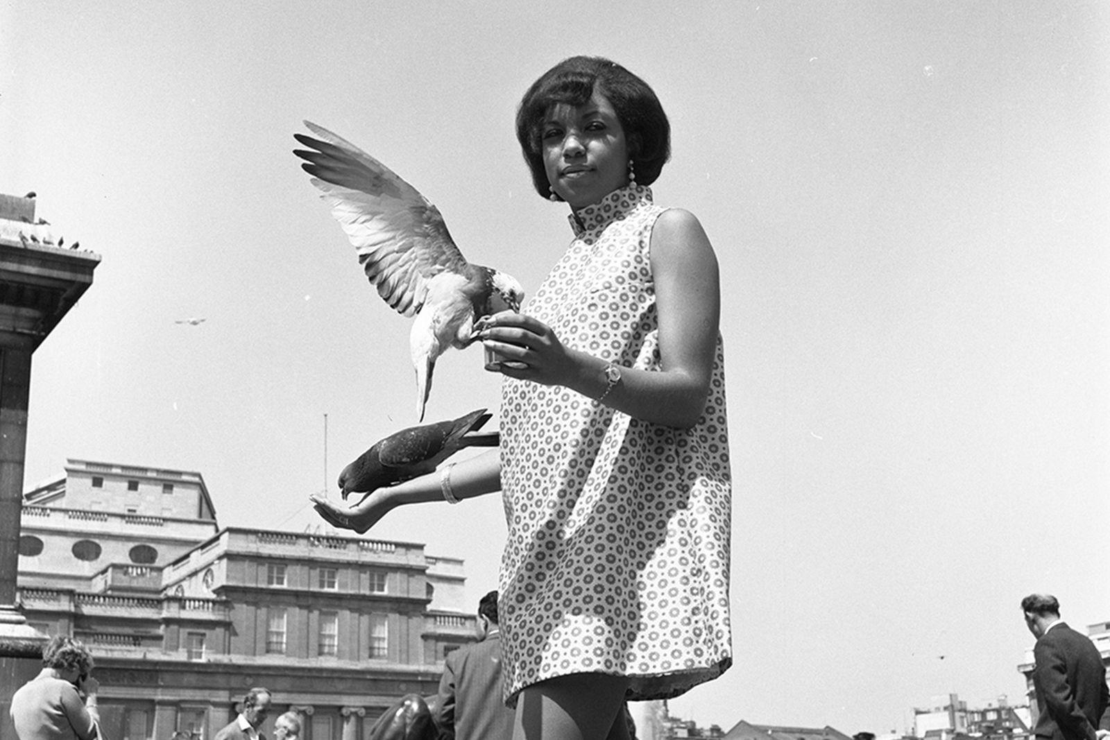 Drum Cover Girl, Erlin Ibreck, at Trafalgar Square, London, 1966. Courtesy Galerie Clémentine de la Féronnière @clementinedelaferonniere