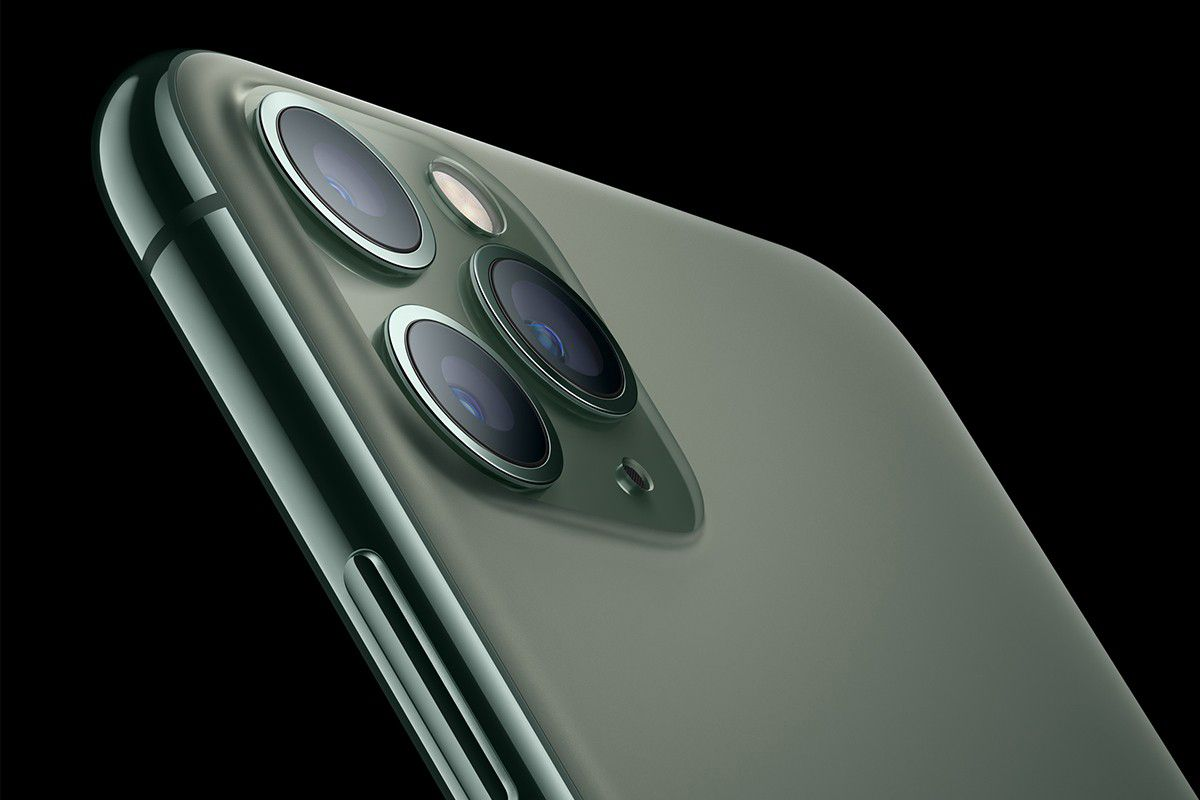 Apple iPhone 11 Pro camera green