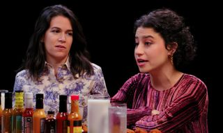 'Broad City' StarsAbbi Jacobson & Ilana Glazer Answer Burning BFF Questions on 'Hot Ones'
