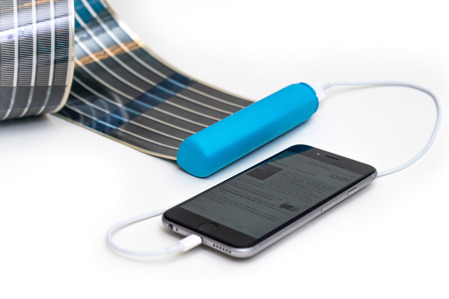 This Portable Battery Uses Retractable Solar Panels to Charge Your Phone