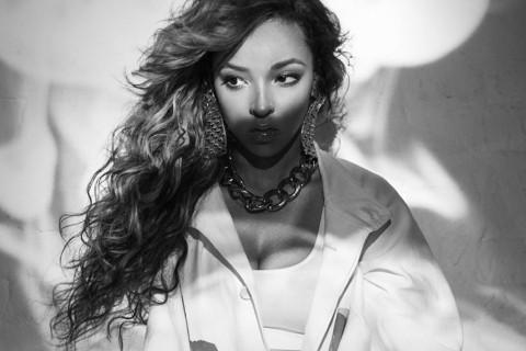 "Tinashe Drops Seductive New Track ""Energy"" Featuring Juicy J"