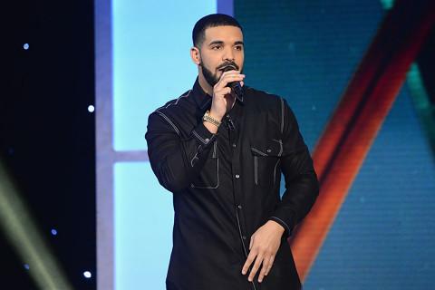 "Drake calls Donald Trump a ""F*CKING IDIOT"" At New York Show"