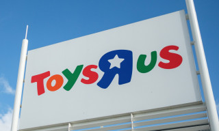 "Say Goodbye to Geoffrey the Giraffe & Your Childhood as Toys ""R"" Us Shuts Down"