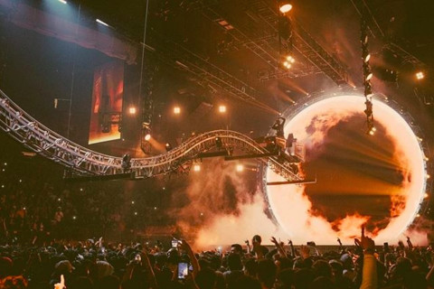 This artist has accused Travis Scott of stealing his stage design