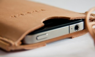 A Clean Vaska Valo iPhone Neck Pouch