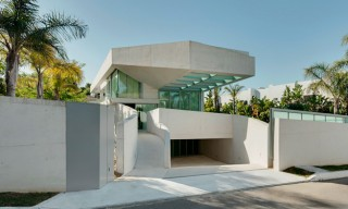See the Jellyfish House with a Cantilevering Pool Rooftop