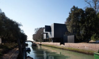 "The ""Black Box Pavilion"" Looms Cryptically Over Venice's Rio dei Giardini Canal"
